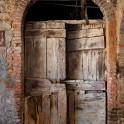 Foto di una porta a Campiglia MArittima